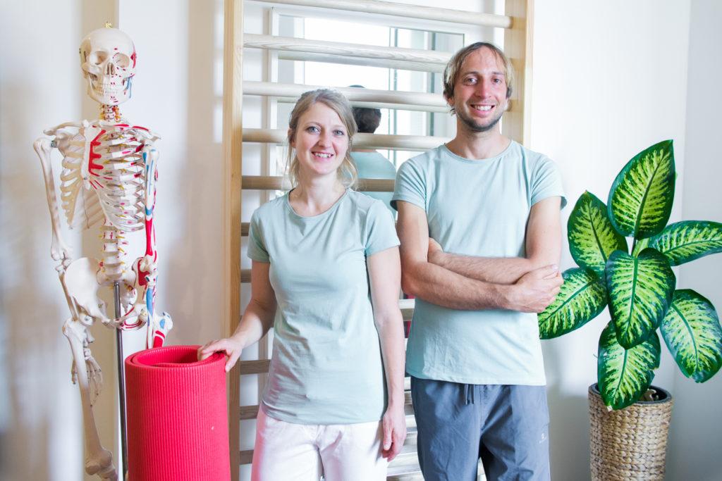 Astrid und Markus in weißer Therapeutenkleidung