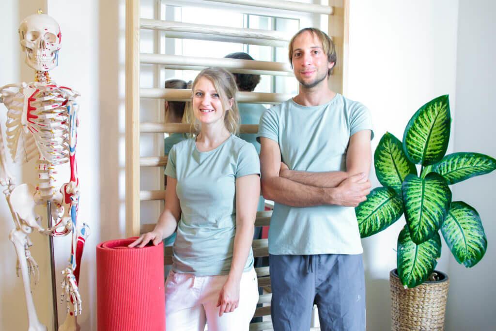 Porträtfoto von Astrid, Markus und einem Modell des menschlichen Skeletts